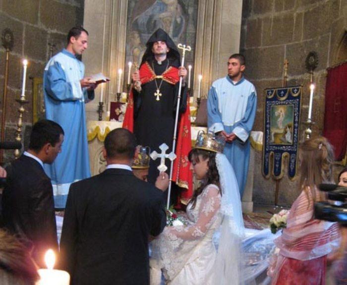 Священник венчает молодых
