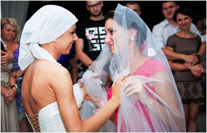 Невеста и незамужняя подружка танцуют вместе
