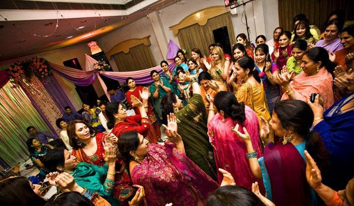 Женщины веселятся на санджите