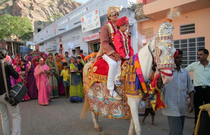 Традиция: жених на белой лошади