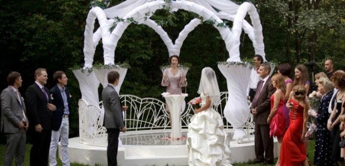 Свадебное торжество в парке
