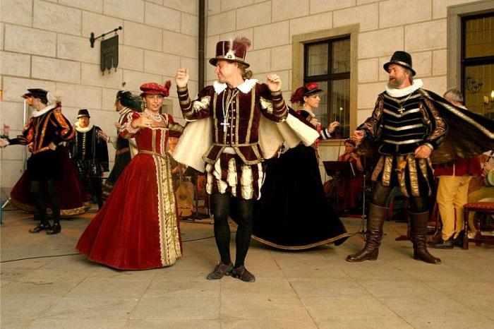 Конкурс танцев на кино-свадьбе исторического жанра