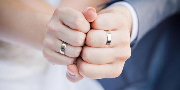 На какой руке носят обручальное кольцо  традиции стран a98e93cc19c