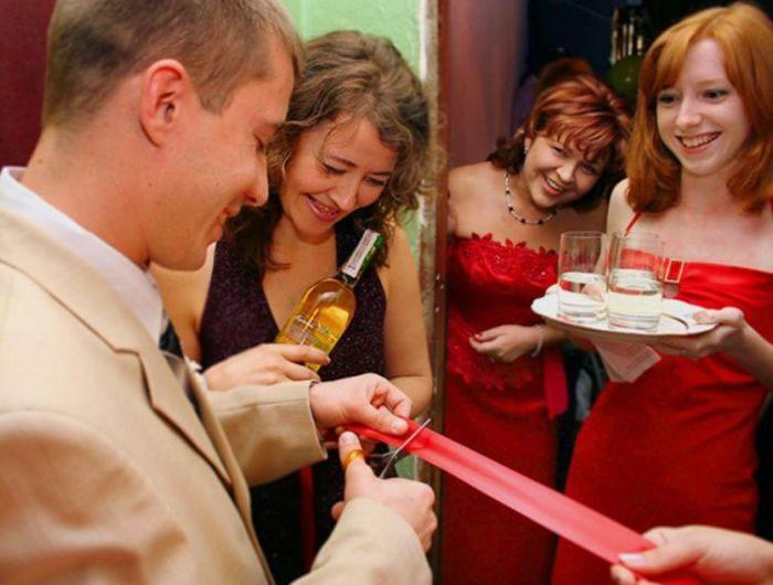 Выкуп невесты в исполнении свидетеля на свадьбе