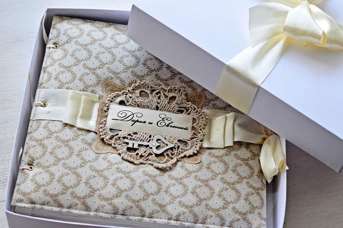 Украшенная коробочка для скрапбукингового свадебного альбома