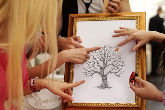 Наносим отпечатки на свадебное дерево пожеланий