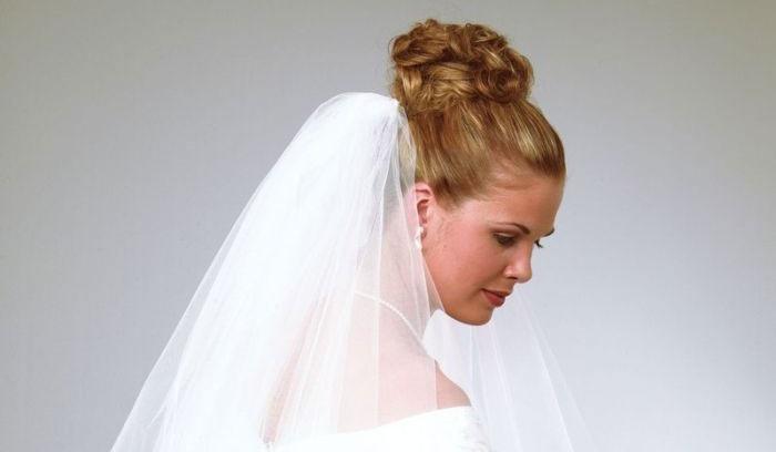 Сочетание свадебной укладки пучок и фаты