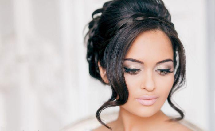 Свадебная укладка пучок с элегантными локонами