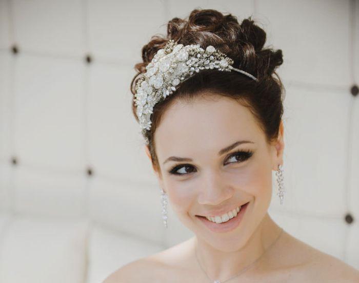 Сочетание свадебной укладки пучок и диадемы