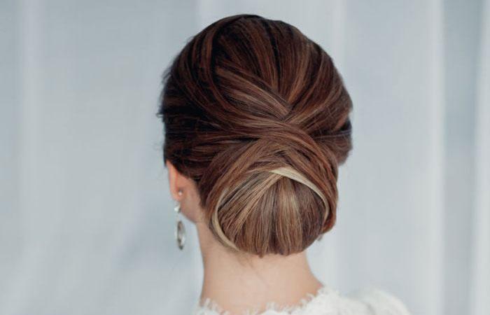 Пучок на средних волосах для свадебной церемонии