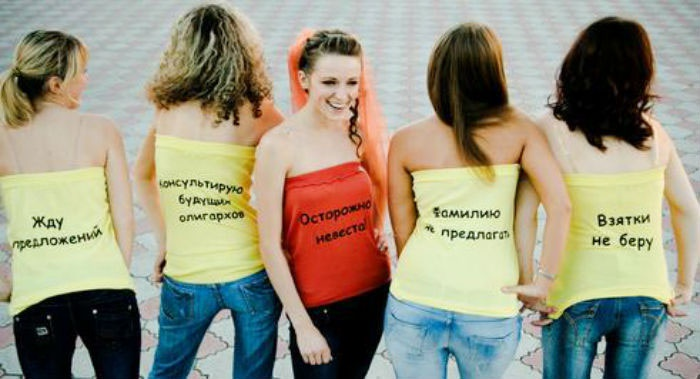 Наряд на девичник – футболки с прикольными надписями