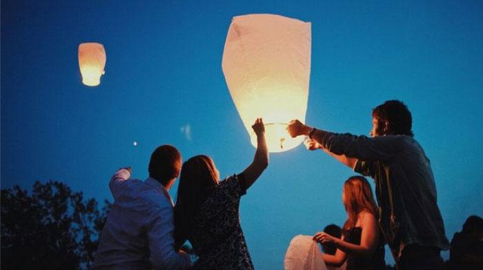 Запуск фонариков на годовщине никелевой свадьбы