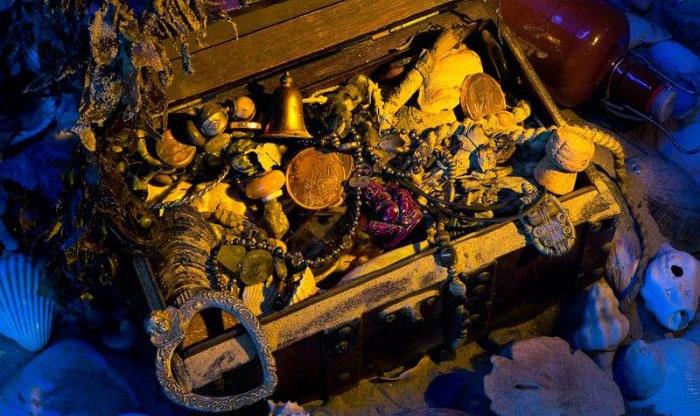 Реквизит морского выкупа: пиратский сундук с сокровищами