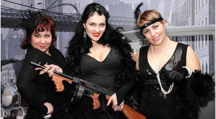 фото: выкуп невесты в стиле Чикаго