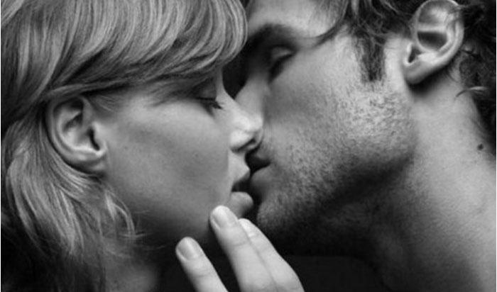 Красивый поцелуй деревянных юбиляров