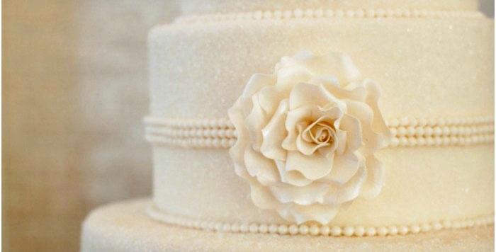 Белоснежный торт к бумажному юбилею