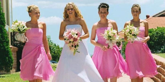 Невеста с подружками на малиновой свадьбе