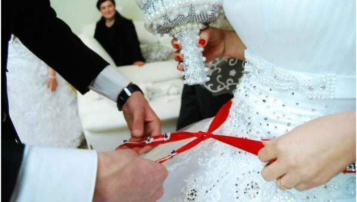 Повязывание красной ленты азербайджанской девушке