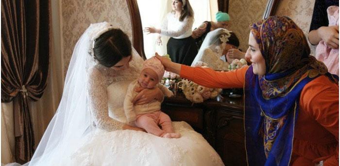 Чеченская супруга держит ребенка