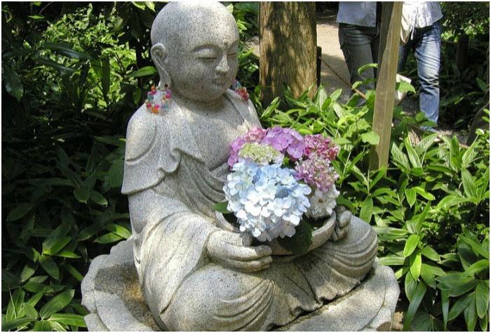 Статуя Будды в храме аудзисай-дера