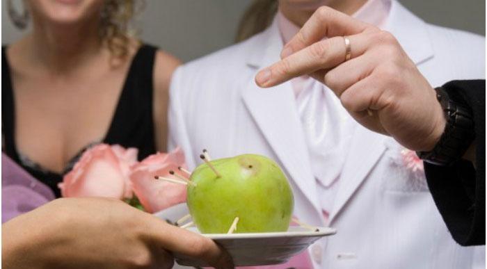 Яблоко со спичками для конкурса комплиментов