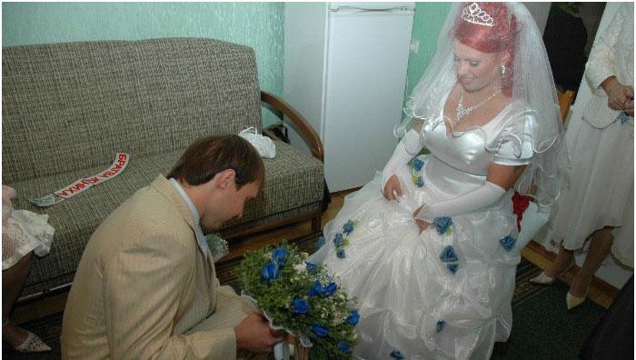 Жених надевает туфельку невесте