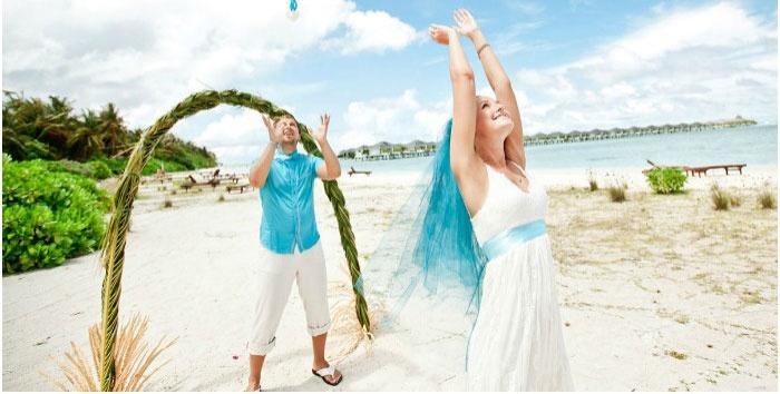 Красивое сочетание нарядов жениха с невестой
