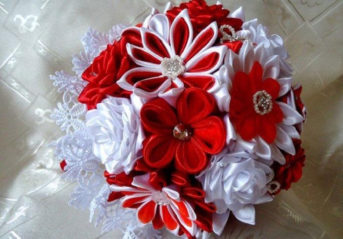 Цветы канзаши в букете