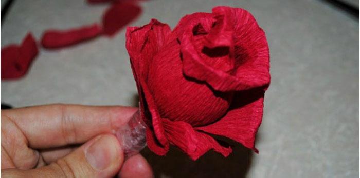 Готовая роза из гофрированной бумаги