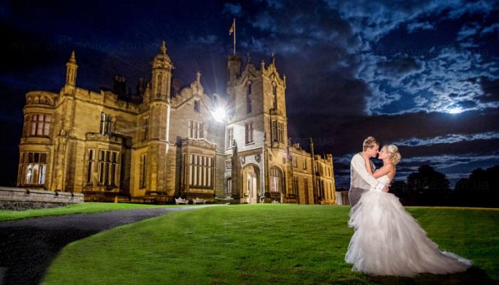 Ночная свадебная фотосессия возле замка