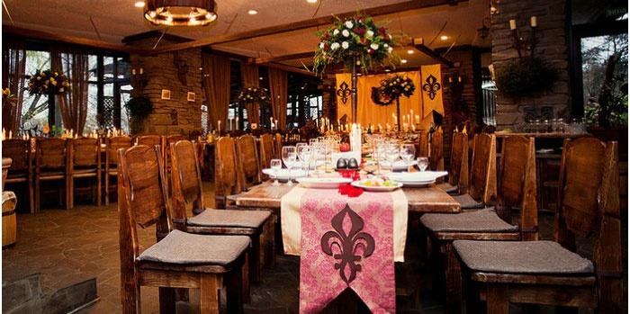 Красивый декор столов в средневековом стиле