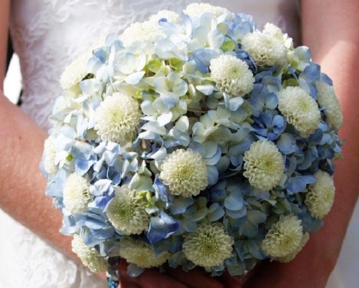 Круглая свадебная композиция: два типа цветов