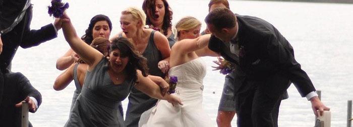 Девушки на веселых фото со свадьбы