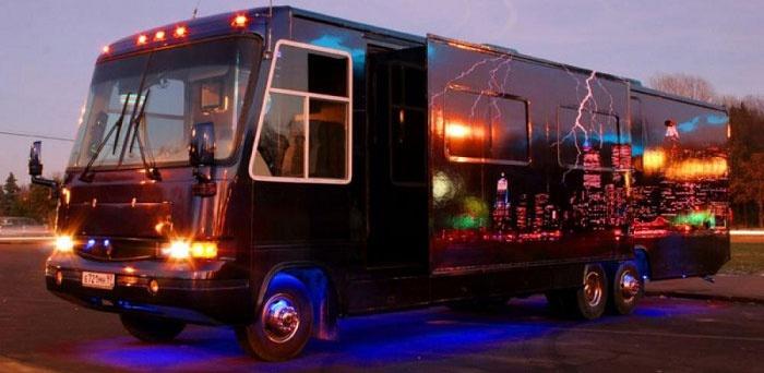 Модель Пати: клубный автобус