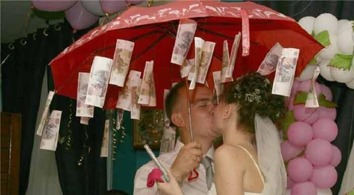 Подарок на свадьбу: деньги с оригинальной подачей