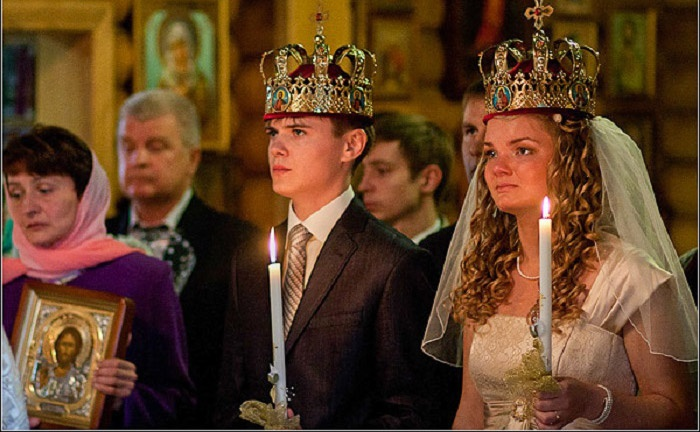 На фото обряд венчания: укрепление союза