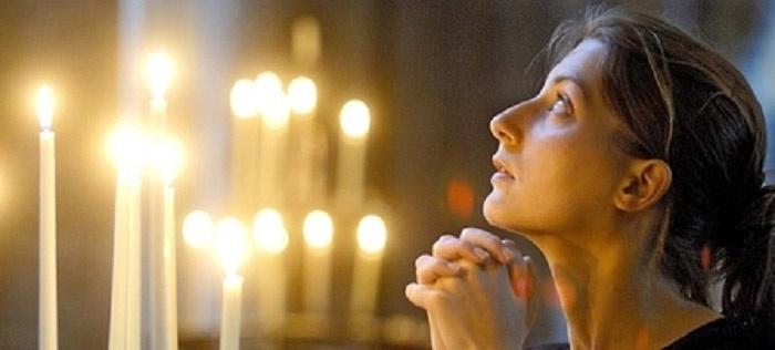 Священники рекомендуют женщинам молиться от одиночества