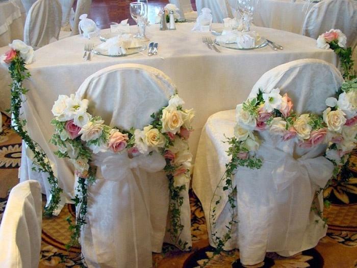 Стильное оформление стульев цветочными композициями