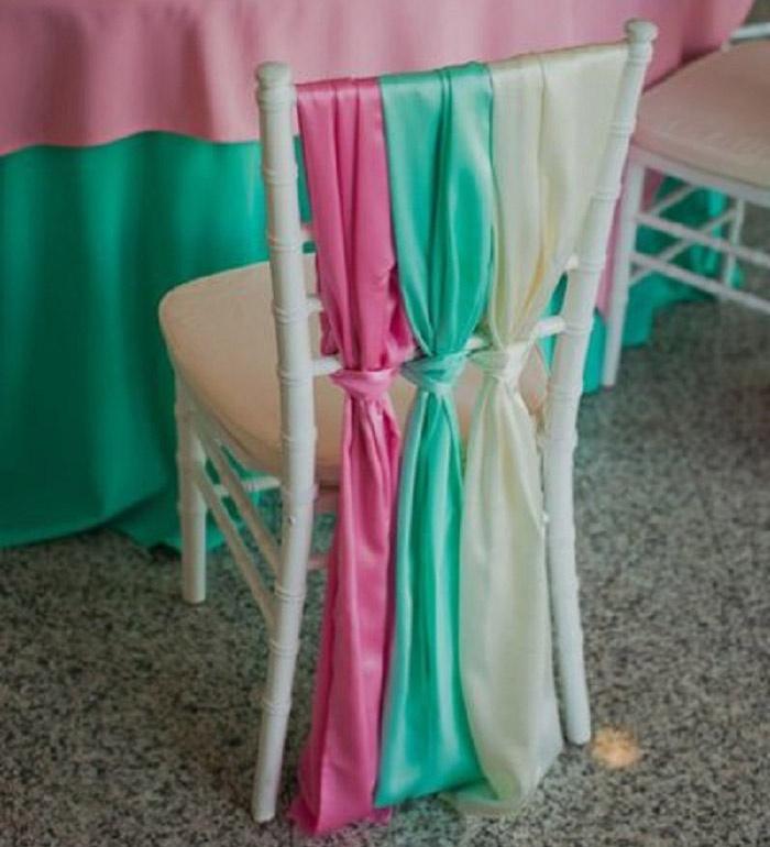 Ленты идеально смотрятся на пластиковых стульях