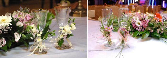 Оформление бокалов молодоженов живыми цветами