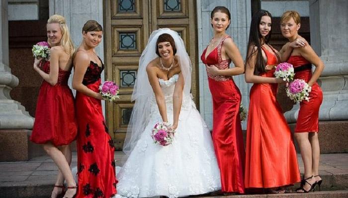 Подружкам невесты лучше надеть одинаковые наряды