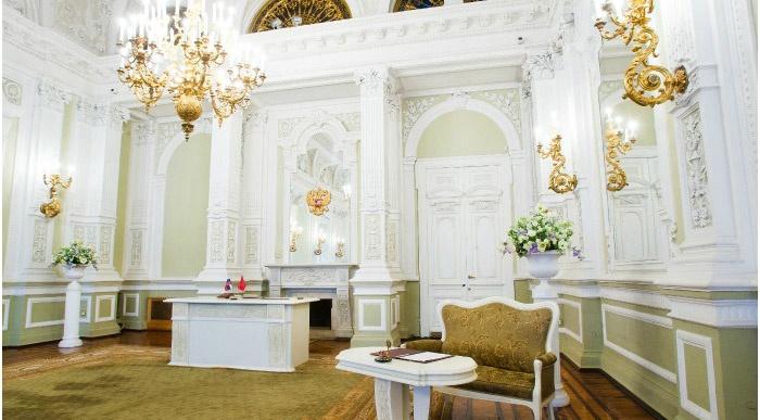Красивый Дворец бракосочетания