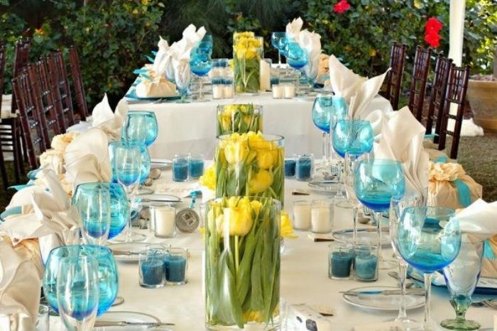 Свадебный зал со столами украшенными небольшими букетиками