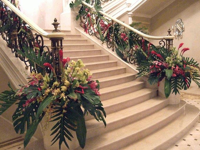 Свадебный зал с лестницами и арками украшенными цветами