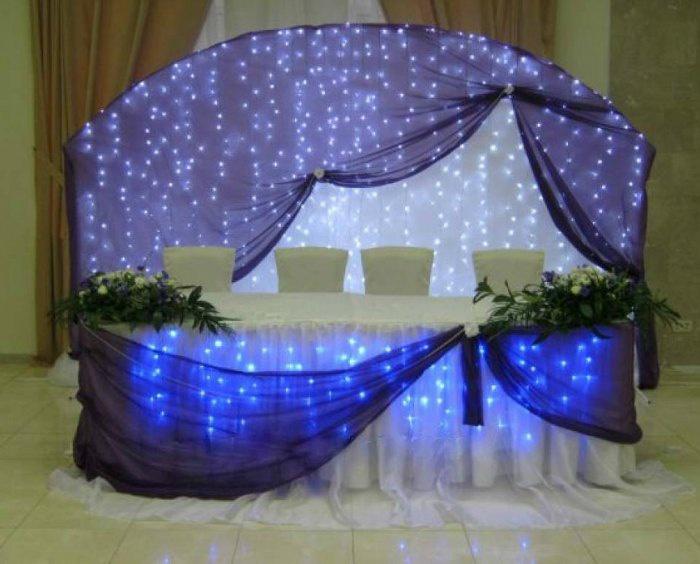 Декор свадебного зала комбинацией ткани и цветов