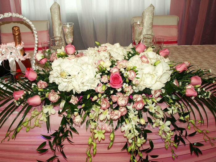 Украшение стола молодых цветами