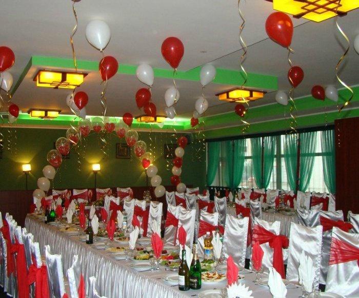 Свадебный зал украшенный шарами под потолком