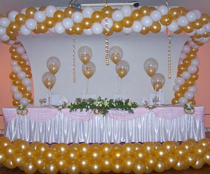 Свадебный зал украшенный шарами привязанным к стульям