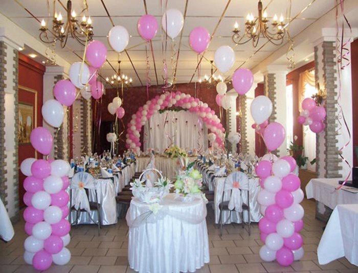 Свадебный зал украшенный шарами в виде арки