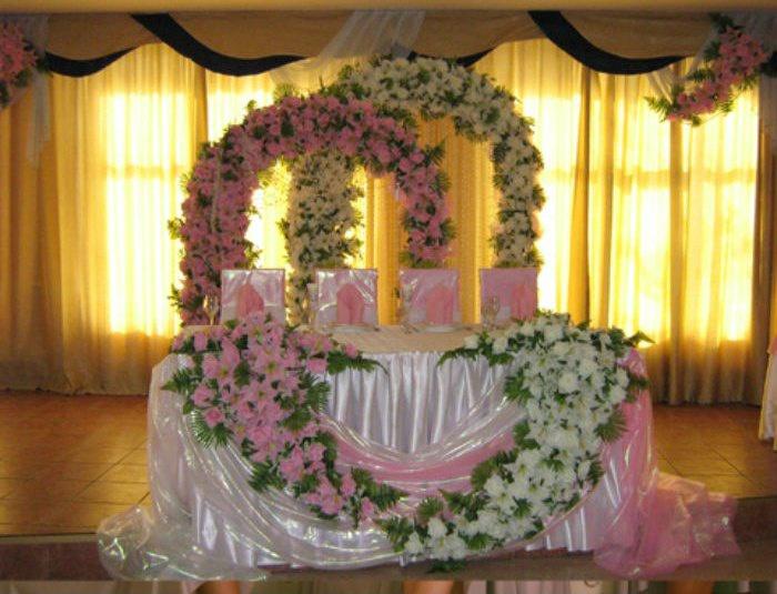 Свадебный зал украшенный цветами